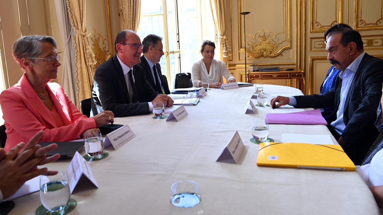 Photo of Jean Castex poursuit les échanges avec les partenaires sociaux à Matignon