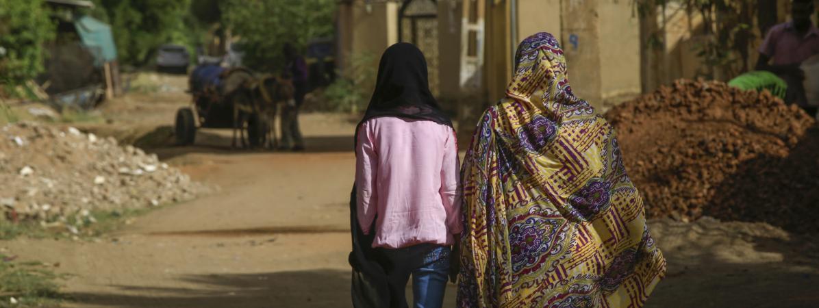 Deux femmes marchent à Khartoum, la capitale du Soudan, le 5 mai 2020.