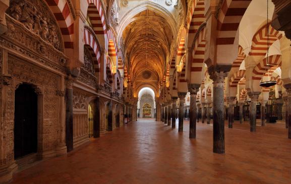 Intérieur de la mosquée-cathédrale de Cordoue en Andalousie (sud), Espagne, 21 novembre 2019