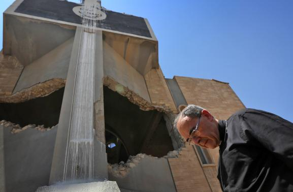 Le cardinal Philippe Barbarin en visite à l\'église syriaque orthodoxe Saint-Ephrem à Mossoul, le 25 juillet 2017