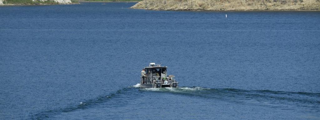 Un bateau à la recherche de l\'actrice Naya Rivera, disparue dans le lac de Piru près de Fillmore, en Californie, le 10 juillet 2020.
