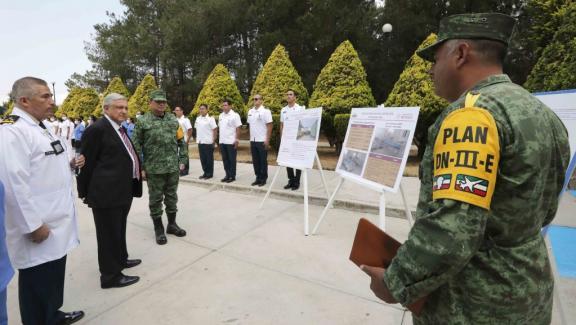 Le président mexicain Andres Manuel Lopez Obrador et le général Luis Cresencio Sandoval Gonzalez, secrétaire à la défense nationale lors de la visite à l\'hôpital militaire de Temamatla pour les patients atteints de coronavirus, à Temamatla, au Mexique, le 3 avril 2020.