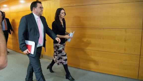La Première ministre néo-zélandaise Jacinda Ardern et le ministre des Finances Grant Robertson arrivent pour participer à une conférence de presse un jour avant que le pays ne soit mis en quarantaine, au Parlement de Wellington le 24 mars 2020.
