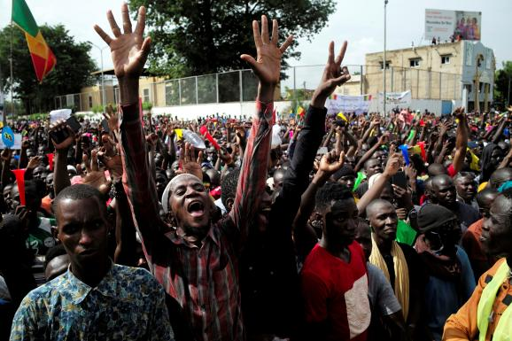Des partisans de l\'imam Mahmoud Dicko manifestent contre le président malien Ibrahim Boubacar Keïta, à Bamako, au Mali, le 10 juillet 2020.