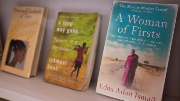 Des livres rares sont exposés àla Bibliothèque d'Afrique et de la diaspora africaine (LOATAD) à Accra, auGhana, le 2 juillet 2020.