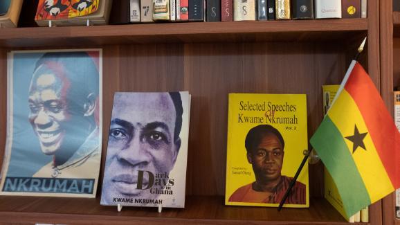 Les livres de Kwame Nkrumah sont exposés sur une étagère de la Bibliothèque d'Afrique et de la diaspora africaine (LOATAD) à Accra, auGhana, le 2 juillet 2020.