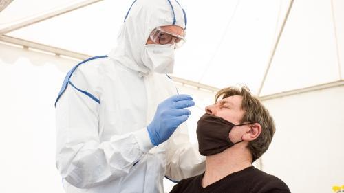 """Coronavirus : la France a-t-elle vraiment """"la capacité"""" de réaliser 700 000 tests par semaine, comme l'affirme Emmanuel Macron ?"""