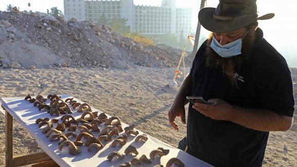 Benjamin Storchan, directeur des fouilles à l\'Autorité israélienne des Antiquités (AIA), devant les fragments gravés de sceaux retrouvés à Jérusalem.