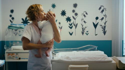 """Image de couverture - """"Voir le jour"""" : Sandrine Bonnaire, auxiliaire sous pression d'une maternité à flux tendu"""
