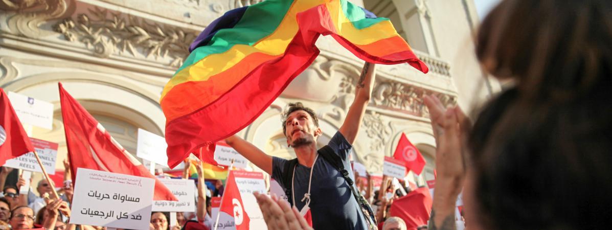 Un militant pour les droits des LGBT+ brandit un drapeau arc-en-ciel, àTunis (Tunisie), le 13 août 2018.
