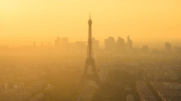 Brouillard sur Paris. La pollution de l'air est responsable de millilers de morts prématurées chaque année.
