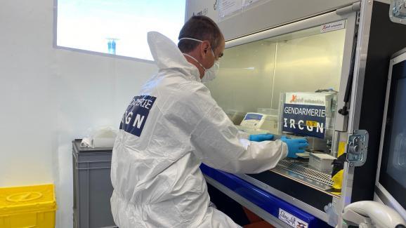 Un gendarme de l'Institut de recherche criminelle de la Gendarmerie nationale occupé à analyser les covid-tests à l'aéroport Roissy-Charles de Gaulle