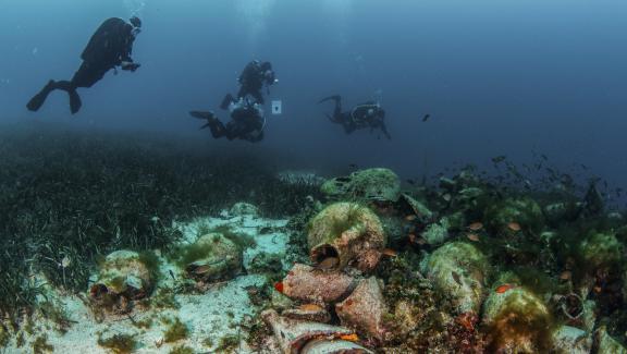 Des plongeurs explorent les ruines de l'épaved'un navire transportant des milliers d'amphores, qui a coulé au Ve siècle av. JC en Grèce (2019).