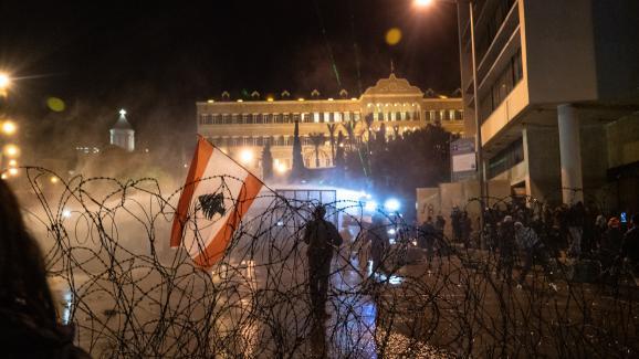 Des émeutes éclatent devant le Parlement du Liban, à Beyrouth, lors d'une manifestation contre la corruption, le 25 janvier 2020.