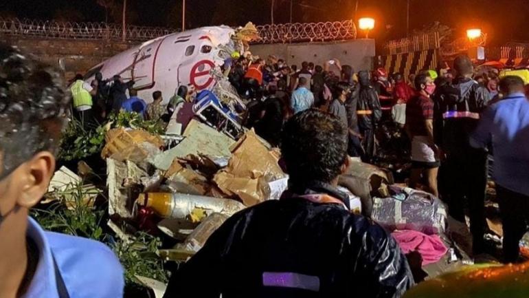 Une équipe de secours prend en charge les blessés, à l\'aéroport de Calicut, le 7 août 2020.