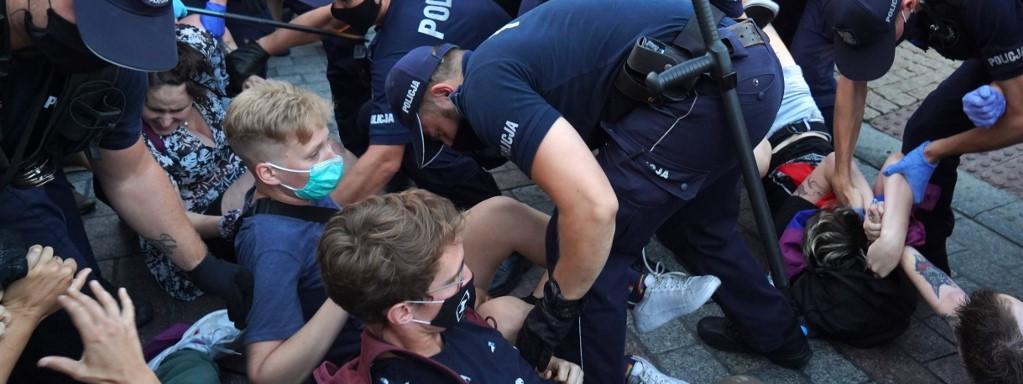 Des policiers tentent de déloger des manifestants LGBT qui s\'opposent à l\'arrestation d\'une activite, à Varsovie en Pologne, le 7 août 2020.