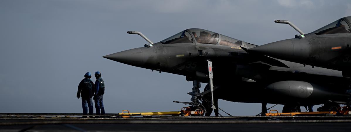 """Un Rafale est stationné sur le \""""Charles de Gaulle\"""", le 23 janvier 2020, au large de Toulon (Var)."""