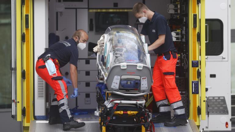 Des ambulanciers allemands chargent dans une ambulance le brancard qui a servi à transférer l\'opposant russe Alexeï Navalny à l\'hôpital de la Charité à Berlin le 22 août 2020.