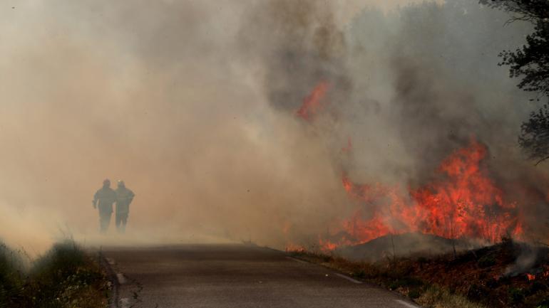 Des pompiers luttent contre un incendie près deSaint-Mitre-Les Remparts (Bouches-du-Rhône), le 24 août 2020.