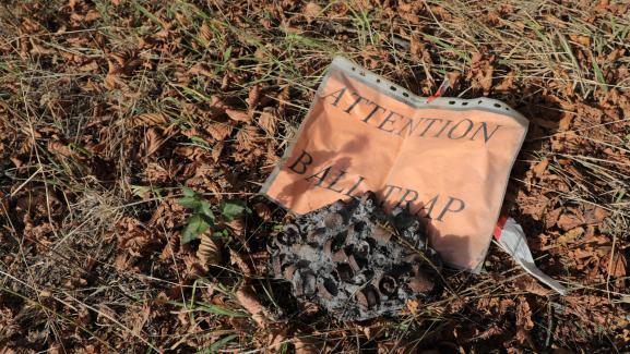 Des restes de cartouches brûlées sur place après le ball-trap de 2005, photographiés le 24 août 2020 à Chambles (Loire).