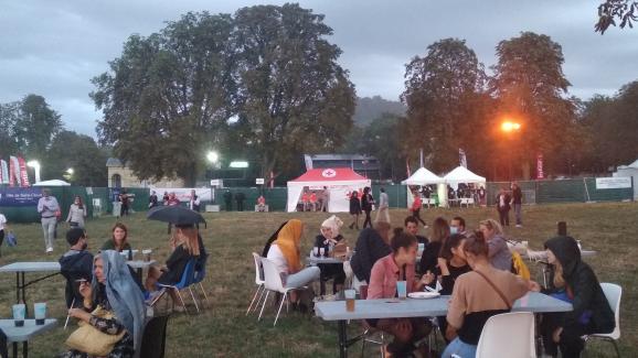 Des participants en marge de la scène du Festival des festivals dans le Domaine national de Saint-Cloud le 27 août 2020.