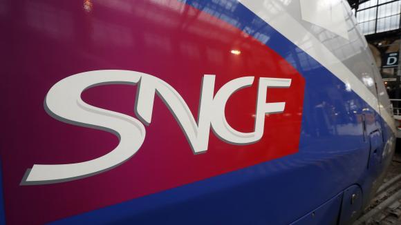 Le logo de la SNCF sur un TGV en gare de Lyon à Paris.