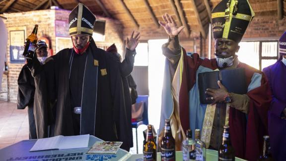 Tsietsi Makiti, fondateur de l\'église Gabola, à droite sur l\'image, en pleine célébration de la messe dominicale, dans la Bunny\'s Tavern, à Evaton.