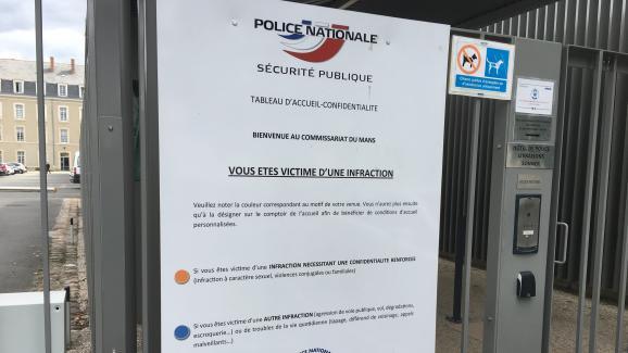Le tableau d'accueil confidentialité affiché à l'entrée du commissariat du Mans.