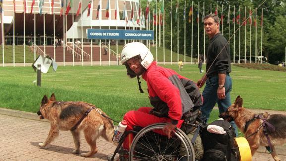 Alain Cocq arrive le 17 juin 1998 au Conseil de l\'Europe à Strasbourg (Bas-Rhin) après un périple de 2 000 kilomètres accompagné de ses deux chiennes depuis Dijon (Côte-d\'Or).
