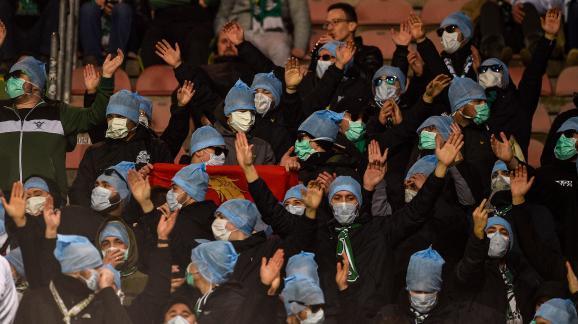 Des supporters de Saint-Etienne protestent contre la reconnaissance faciale en portant masques et lunettes de soleil, lors du match entre Metz et Saint-Etienne, le 2 février 2020.