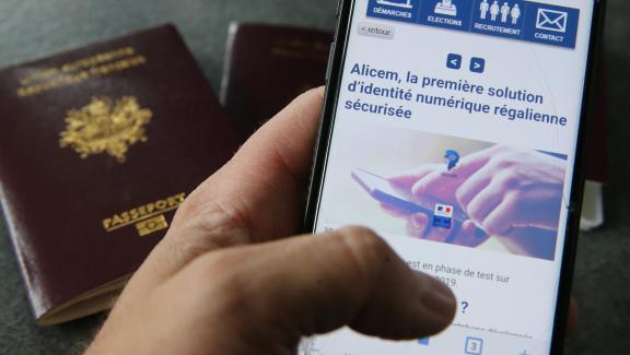 L'application pour smartphone Alicem, en cours de développement par l'Agence nationale des titres sécurisés, utilise la reconnaissance faciale pour valider son identité. Elle sera disponible d'ici 2022.