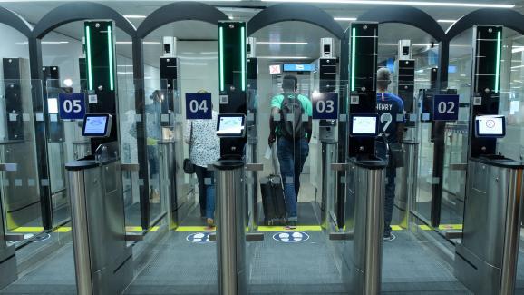 Le système Parafe, de la société Gemalto (filiale de Thales), permet de passer plus rapidement la police aux frontières (PAF) grâce à la reconnaissance faciale, ici à l'aéroport de Paris-Orly, en 2018.