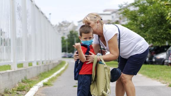 Selon le docteur Jean-Paul Hamon, il n'y a pas de contre-indication à ce que les grands-parents s'occupent de leurs petits-enfants, il suffit de bien respecter les gestes barrières