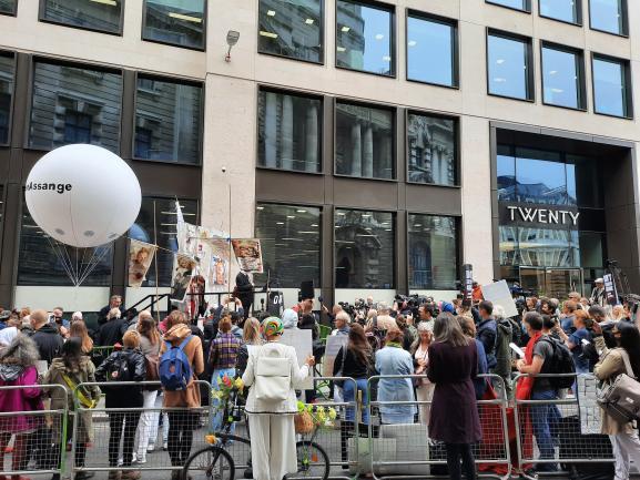 Des manifestants lors d\'un rassemblement de soutien à Julian Assange devant la cour criminelle de Londres, le 7 septembre 2020.