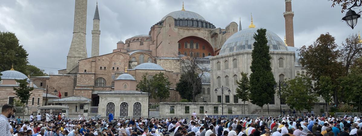 Des fidèles musulmans prient sur l\'esplanade de la basilique Sainte-Sophie à Istanbul (Turquie), à l\'occasion de la grande prière du vendredi, le 4 septembre 2020.
