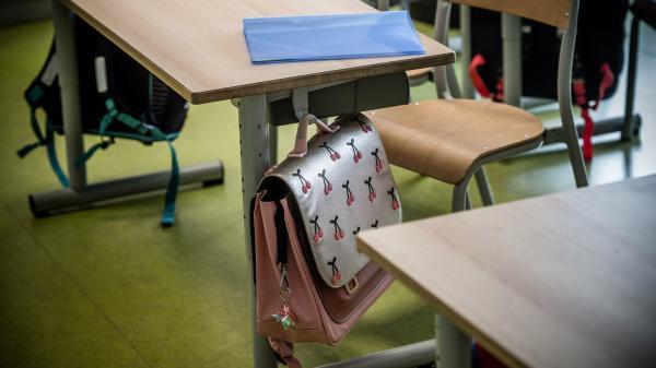 La rentrée scolaire doit avoir lieu lundi 2 novembre, mais certains scientifiques estiment qu'il ne faut pas rouvrir collèges, lycées et universités afin de réduire la propagation du virus.