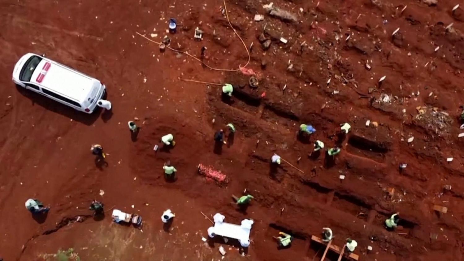 VIDEO. En Indonésie, un cimetière submergé par les morts du Covid-19