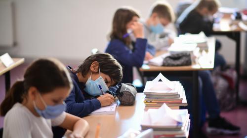 """Coronavirus : """"La bonne formule n'est pas d'alléger le protocole"""" dans les écoles, réagit le SNUIPP-FSU"""