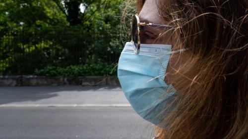 Covid-19 : peut-on laver son masque chirurgical pour pouvoir le réutiliser ?