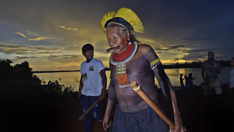 """Brésil : le Cacique Raoni dénonce les """"mensonges"""" du président Bolsonaro sur les incendies en Amazonie"""