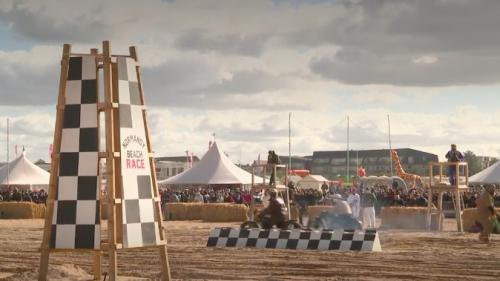 La longue plage d'Ouistreham, dans le Calvados, a accueilli pendant le dernier week-end de septembre une course de voitures et de motos de la Seconde Guerre mondiale.