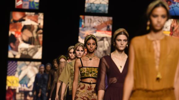 Des mannequins défilent pour la présentation de la collection Femme Printemps-Eté 2021 de la maison de couture Dior (septembre 2020).