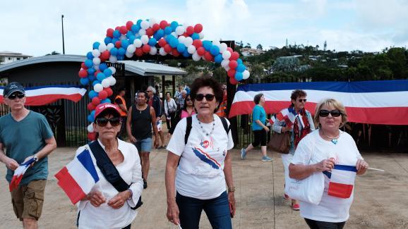 """Des militants pour le """"non"""" à l'indépendance lors d'un pique-nique de lancement de la campagne des loyalistes, le 19 juillet 2020, à Nouméa."""