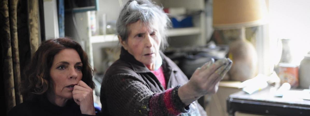 Elizabeth Bourgine (à droite) décide de raconter l\'histoire de sa cousine peintre Micheline Masse