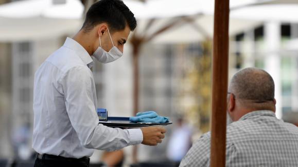 Un serveur en plein travail. Photo d'illustration.