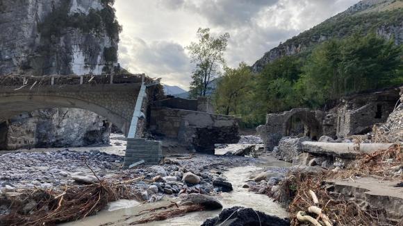 Dégâts causés par le passage de la tempête Alex dans la vallée de la Roya, ici à Breil-sur-Roya (Alpes-Maritimes), le 5 octobre 2020. La route vers les communes de Fontan, Saorge et Tende est coupée, la majorité des ponts ont été emportés par le fleuve.