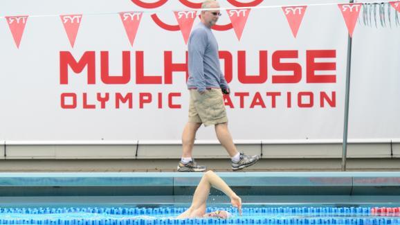 Yannick Agnel s'entraîne au Mulhouse olympic natation, avec son coach américain Bob Bowman, le 3 avril 2014.