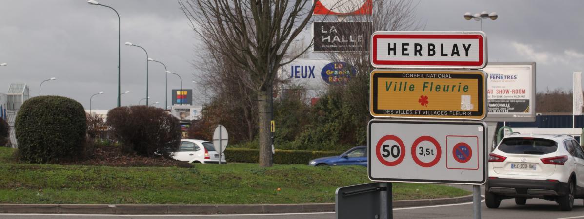 Deux policiers en mission de surveillance ont été roués de coups et blessés par balle par des inconnus qui leur ont volé leurs armes mercredi soir à Herblay (Val-d\'Oise).
