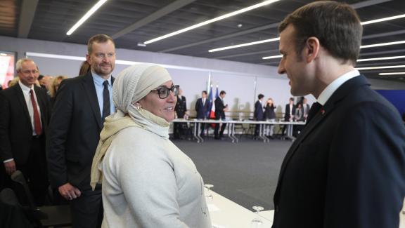 Franck Horter (deuxième en partant de la gauche) et Emmanuel Macron, le 18 février 2020, lors d'une rencontre avec des associations à Bourtzwiller, quartier populaire de Mulhouse.