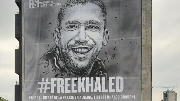 Près du périphériqueparisien, l'ONG Reporters sans Frontières déploie une bâche de 300m2, #FreeKhaked